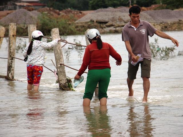 Nước bủa vây, dân liều mình vượt dòng lũ chảy xiết - 5