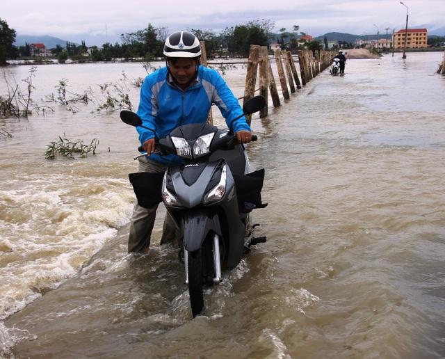 Nhiều tuyến giao thông nước ngập sâu, không thể đi xe máy mà phải dắt bộ