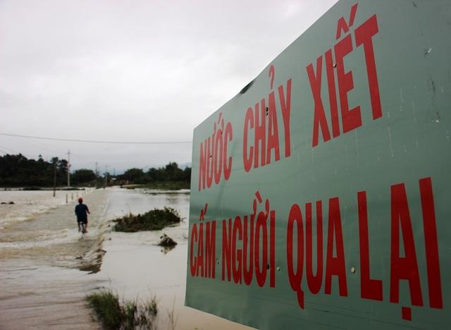 Bất chấp niển báo cấm người qua lại được dựng lên để lưu ý, nhưng người dân vẫn liều mình qua dòng nước chảy xiết