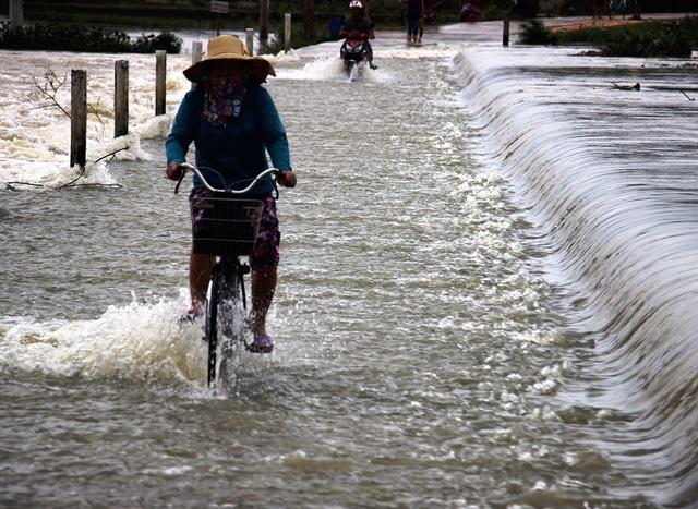 Nhiều trường hợp do chủ quan đạp xe đi qua các đoạn đường ngập lụt mà bị nước lũ cuốn trôi.