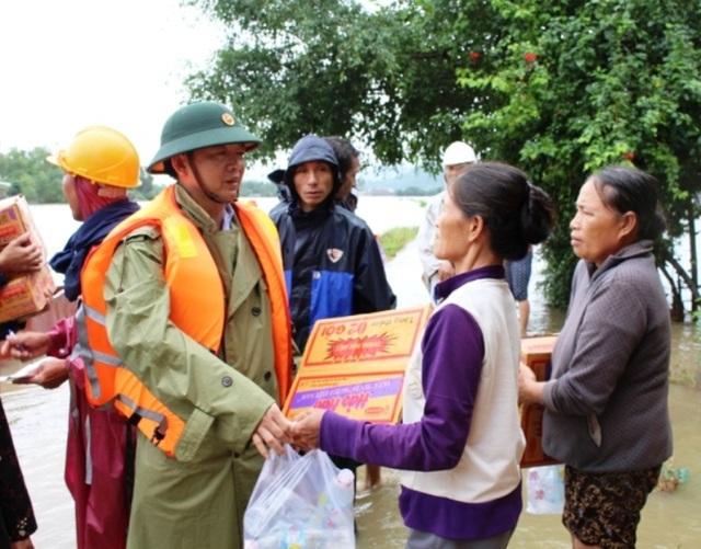 Chủ tịch UBND tỉnh Bình Định Hồ Quốc Dũng hỗ trợ quà và mì tôm cho người dân vùng lũ huyện Tuy Phước