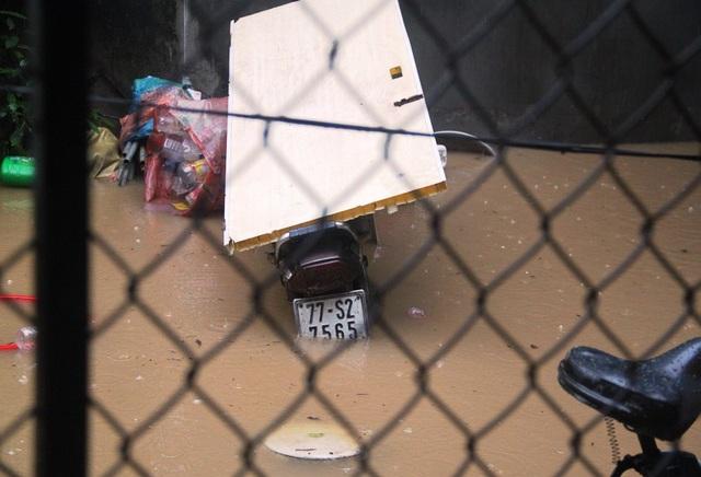 Người dân không kịp trở tay vì nước mưa quá lớn kèm nước lũ dâng cao