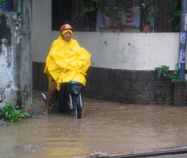 Người dân phường Đống Đa rất bất ngờ vì trận mưa lịch sử gây ngập đường