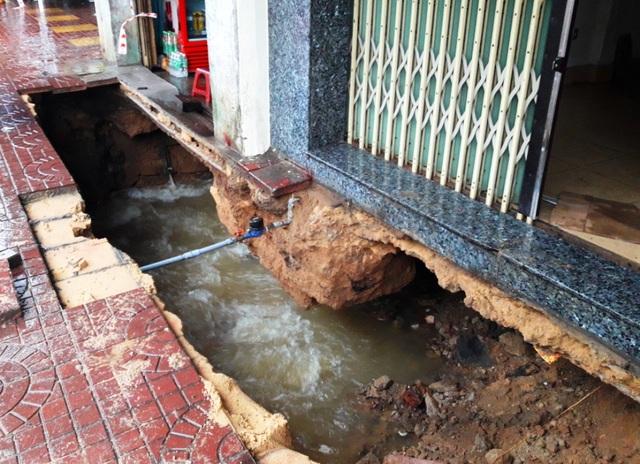 Hố sâu gần 3 mét xuất hiện sau mưa lớn trước 2 nhà dân trên đường Trần Hưng Đạo (TP Quy Nhơn, Bình Định)