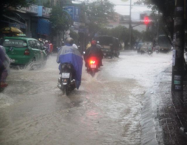 Nước mưa từ trên núi tràn qua khu dân cư phường Đống Đa ra đường Trần Hưng Đạo (TP Quy Nhơn)