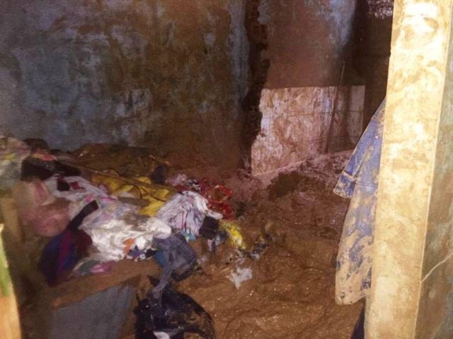 Mưa lũ gây sạt lở trên núi Bà Hỏa (TP Quy Nhơn, Bình Định) gây sập nhà và làm chết một bé trai 11 tuổi (ảnh Doãn Công)