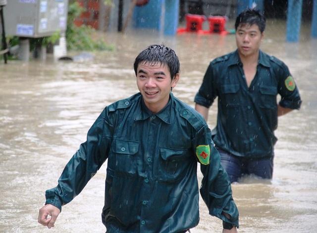 Lực lượng cứu hộ ngâm mình trong nước lũ lạnh lẽo cứu người dân