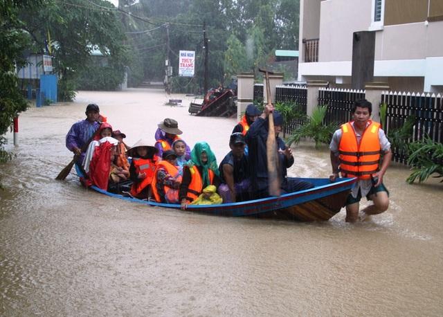 Lực lượng cứu hộ thôn Phú Mỹ 1 (xã Phước Lộc, huyện Tuy Phước) di dời dân đến nơi an toàn