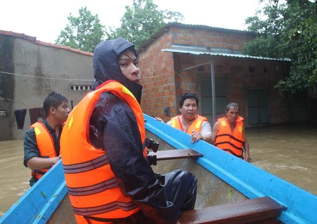 Lực lượng cứu hộ kéo ghe tiếp cận các hộ dân bị cô lập để cứu người