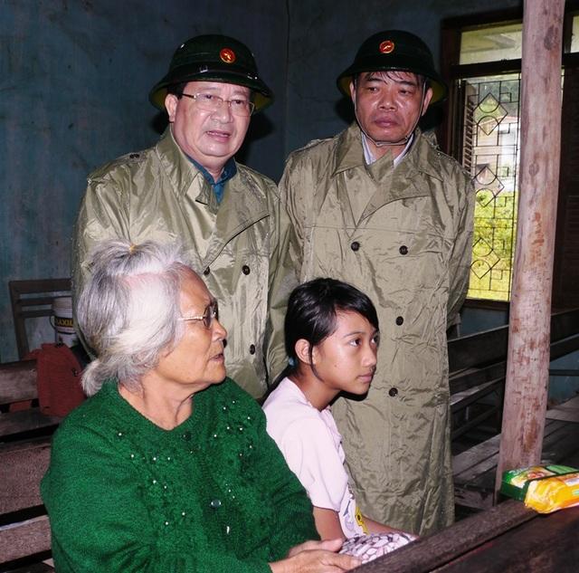 Phó Thủ tướng Trịnh Đình Dũng động viên bà con vùng lũ Bình Định vì bị lũ tấn công dồn dập