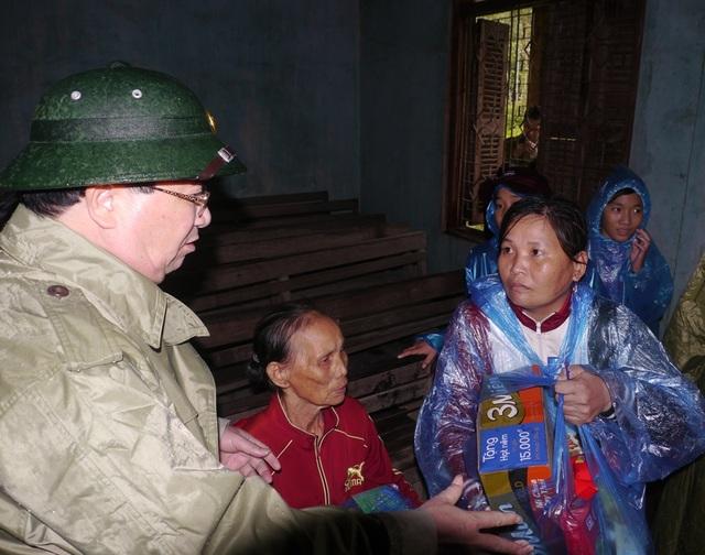 Phó Thủ tướng Trịnh Đình Dũng thăm tặng quà bà con vùng lũ tỉnh Bình Định