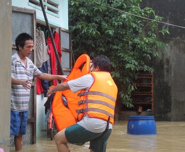 Lực lượng cứu hộ yêu cầu những người dân trong nhà ngập sâu phả di dời để tránh nguy hiểm