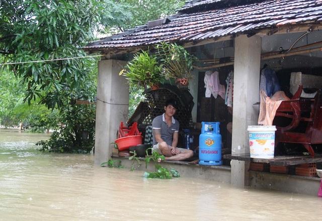 Hàng nghìn hộ dân tỉnh Bình Định do lũ dâng cao trong đêm