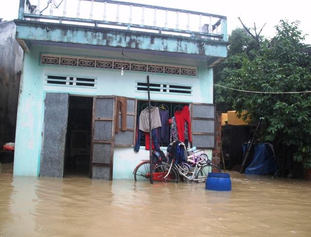 Hàng chục hộ dân xóm Trường, thôn Phú Mỹ 1, xã Phước Lộc (huyện Tuy Phước) bị ngập phải di dời dân khẩn cấp