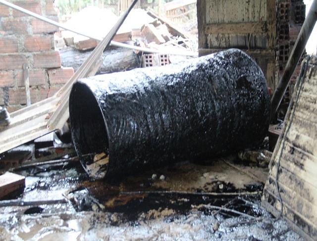 Những thùng phuy dầu tấp vào nhà dân