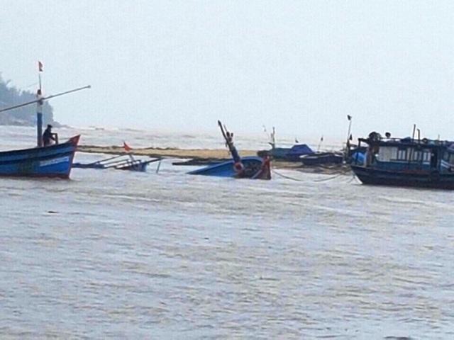Hàng chục tàu cá của ngư dân Bình Định bị lũ nhấn chìm hư hỏng nặng