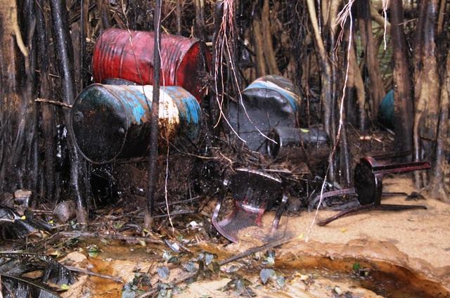 Những thùng phuy dầu nhớt bị cuốn ra suối Lở