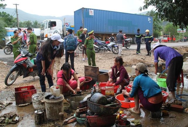 Hàng trăm thùng phuy dầu nhớt theo lũ tràn vào nhà dân phường Bùi Thị Xuân (TP Quy Nhơn, Bình Định)
