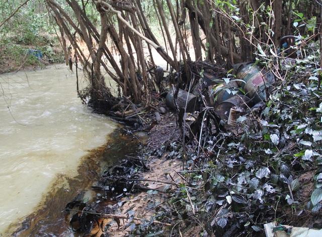 Dầu nhớt chảy xuống suối Lở chảy về Quy Nhơn