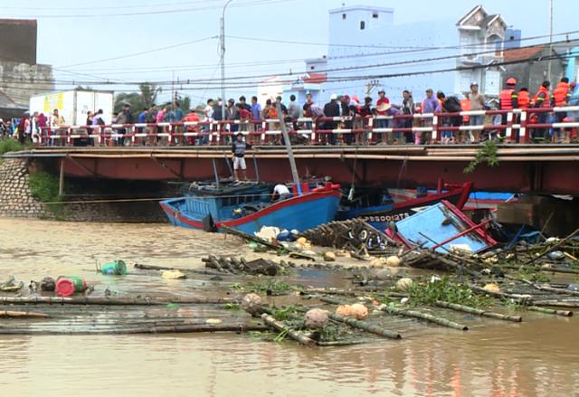 Nhiều tàu cá của ngư dân huyện Hoài Nhơn (Bình Định) bị lũ cuốn trôi và nhấn chìm