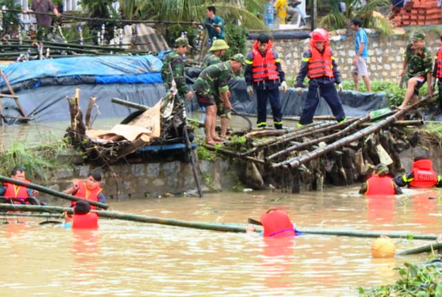 Huy động gần 200 cán bộ, chiến sĩ tham gia trục vớt tàu, bè cá của ngư dân bị lũ cuốn trôi