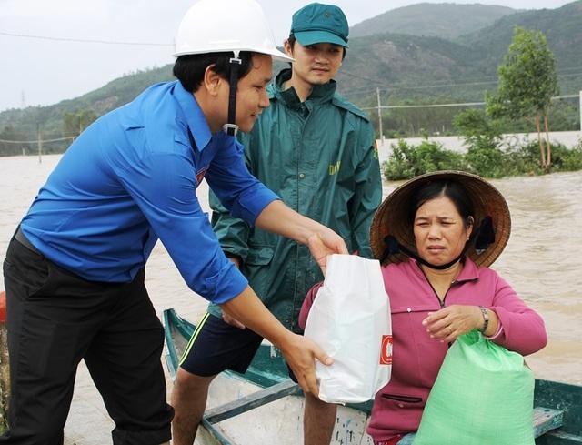 Tỉnh đoàn Bình Định cũng khẩn trương hỗ trợ người dân vùng rốn lũ huyện Tuy Phước