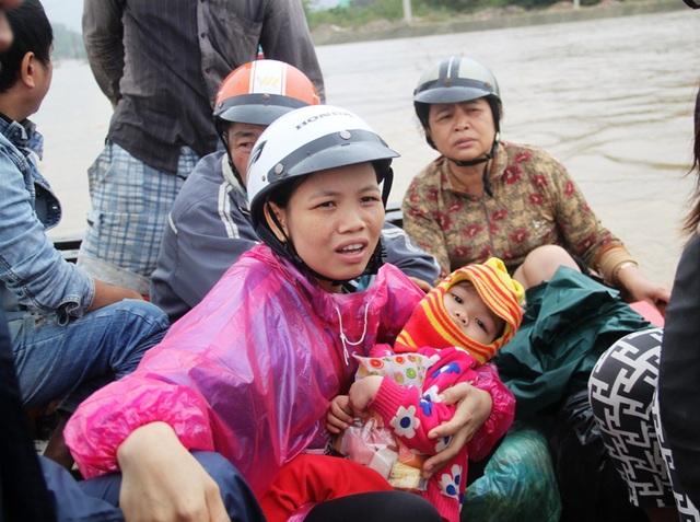 Không có ai giữ con nên chị Xoan phải bế con lên ghe đi qua thị trấn Tuy Phước mua thức ăn