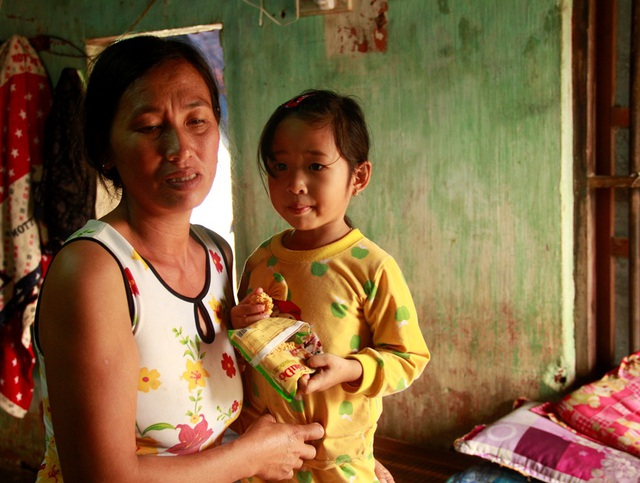 Lũ mấy ngày nay, nhiều người dân Bình Định phải ăn mì tôm sống cầm hơi chống chọi với lũ