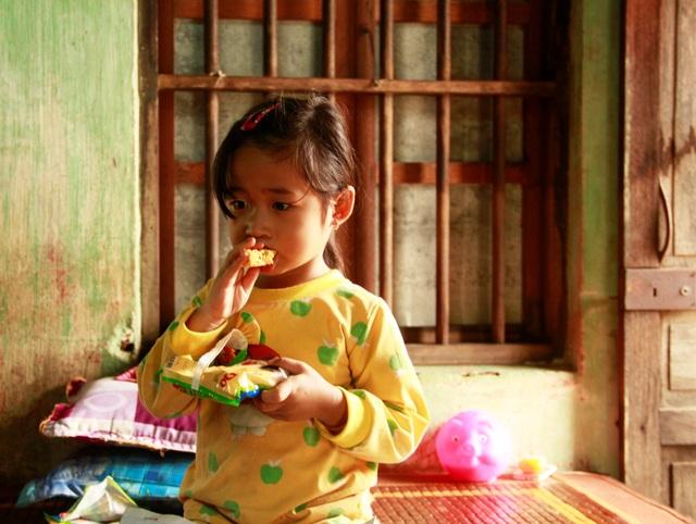 Bé Dương Ngọc Bích (4 tuổi), mấy ngày liền phải ăn mì tôm sống