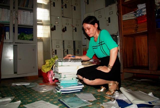 Nhiều sổ sách, giấy tờ quan trọng của Trường THPT Số 1 Tuy Phước bị ướt, các cô đang phải bật quạt để gió thổi cho khô