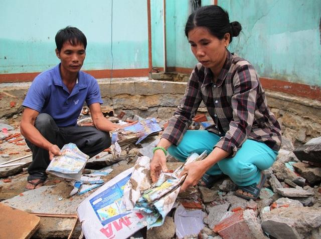 Nhà sập, hồ tôm mất trắng, sách vở con cái vùi trong đống đổ nát khiến vợ chồng anh Phan Văn Long và chị Phạm Thị Lâm (42 tuổi, trú xã Mỹ Chánh, huyện Phù Mỹ, Bình Định) thẫn thờ.