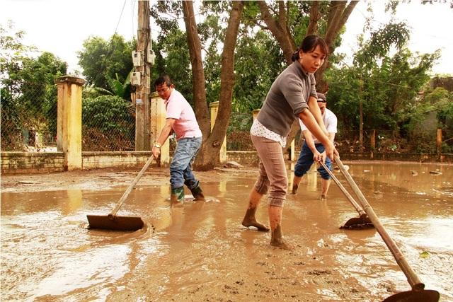 Lũ rút, thầy cô khẩn trương dọn bùn để học sinh sớm trở lại trường học