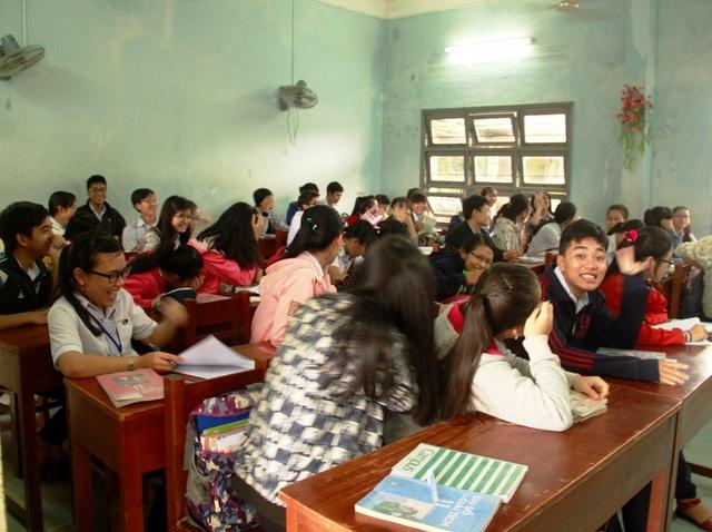 Niềm vui trở lại trường học ngày đầu tiên sau nhiều ngày nghỉ học tránh lũ của học sinh Trường THPT số 1 huyện Tuy Phước