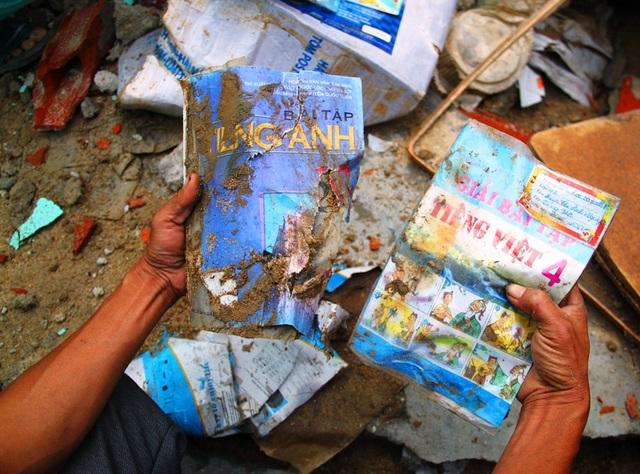 Theo thống kê sơ bộ của Sở GD-ĐT tỉnh Bình Định, lũ lụt làm hơn 50.000 sách vở học sinh bị ướt, cuốn trôi
