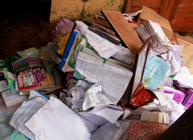 Sổ sách của các trường bị ướt do lũ
