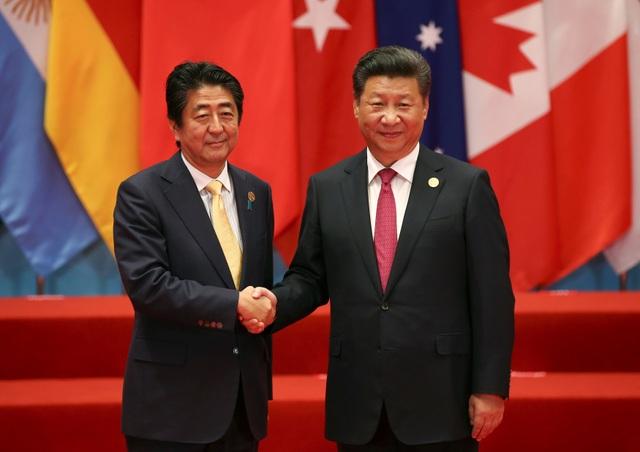 Thủ tướng Nhật Bản Shinzo Abe (trái) và Chủ tịch Trung Quốc Tập Cận Bình tại Hội nghị G20 ở Hàng Châu (Ảnh: Reuters)