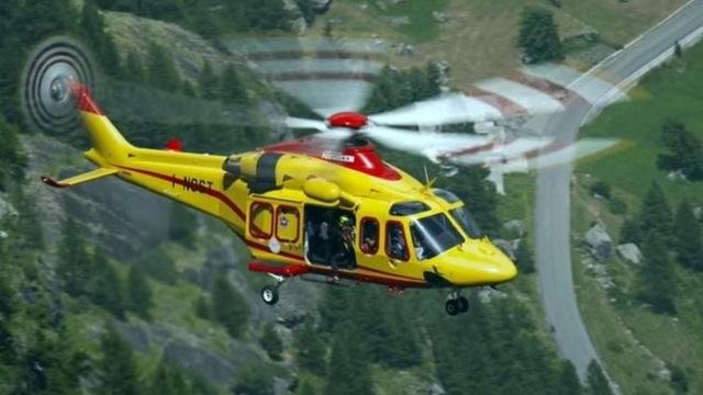 Trực thăng tham gia công tác giải cứu chiều hành khách mắc kẹt trên cáp treo tại Pháp ngày 8/9 (Ảnh: EPA)