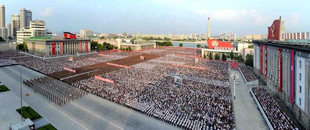 Hình ảnh ghi lại cho thấy hàng nghìn người đã tập trung tại quảng trường Kim Nhật Thành ở thủ đô Bình Nhưỡng để tham gia lễ diễu hành.