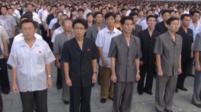 Những người tham gia diễu hành đứng nghiêm trang tại Quảng trường Kim Nhật Thành.