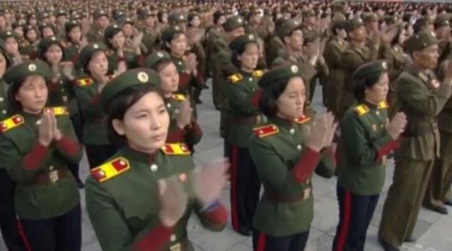 Các quân nhân vỗ tay sau bài phát biểu của một quan chức trong chính phủ Triều Tiên trên khán đài.