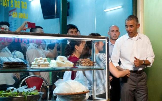 Tổng thống Obama bắt tay mọi người sau khi ăn tối tại quán bún chả ở Hà Nội (Ảnh: Telegraph)