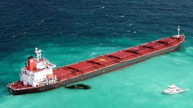 Tàu Trung Quốc mắc cạn tại rạn san hô của Australia (Ảnh: The Australian)