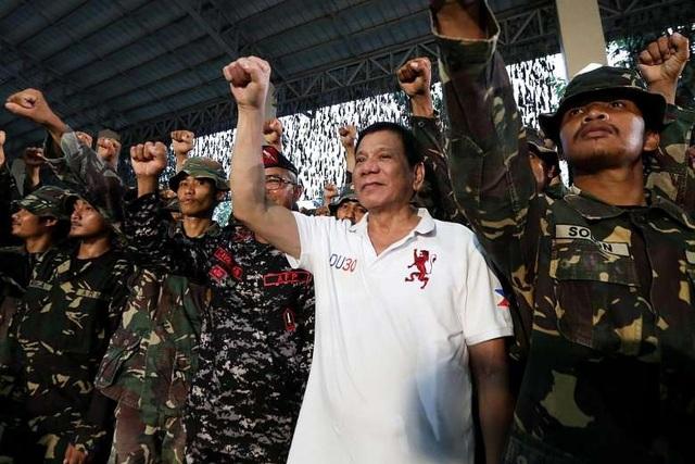 Tổng thống Duterte (áo trắng) chụp cùng các binh sĩ Philippines (Ảnh: EPA)
