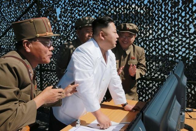 Nhà lãnh đạo Triều Tiên Kim Jong-un (áo trắng) theo dõi vụ thử nghiệm động cơ tên lửa mới hôm 20/9 (Ảnh: Reuters)