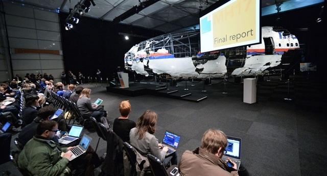Một phần mảnh vỡ MH17 được phục dựng lại và trưng bày trong buổi công bố báo cáo về thảm họa MH17 ở căn cứ không quân Gilze Reyen, Hà Lan. (Ảnh: Sputnik)