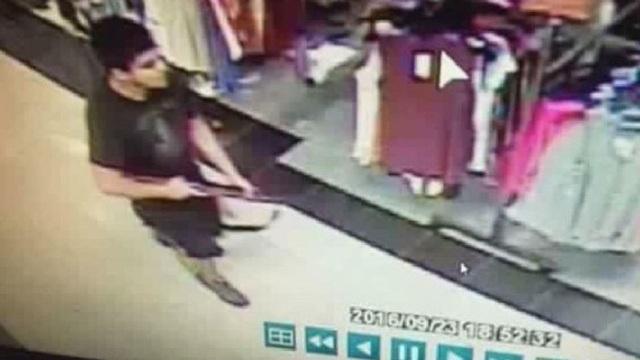 Ảnh chụp nghi phạm qua camera an ninh tại trung tâm thương mại Cascade (Ảnh: CBS News)