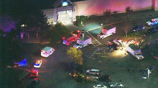 Xe cảnh sát và cứu thương tập trung trước cửa trung tâm thương mại (Ảnh: Komo News)