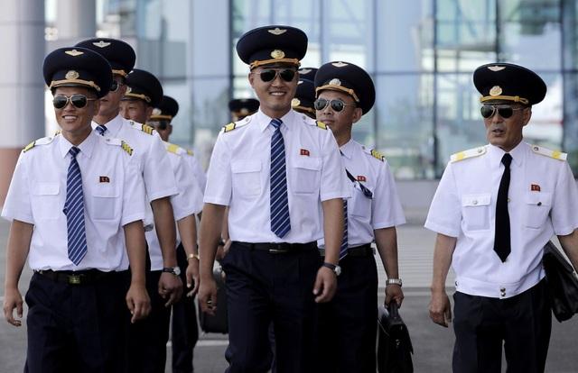 Phi công Triều Tiên tham gia triển lãm hàng không tại sân bay Kalma (Ảnh: AP)