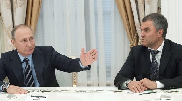 Tổng thống Vladimir Putin (trái) và Phó Chánh văn phòng Vyacheslav Volodin (Ảnh: Sputnik)