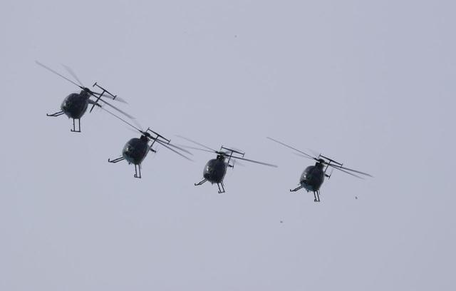 Trực thăng Hughes MD-500 trong một tiết mục biểu diễn bay phối hợp (Ảnh: NDTV)